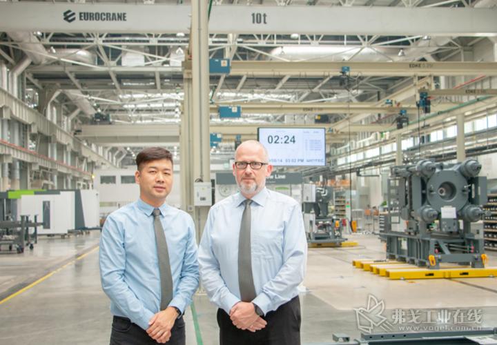 恩格尔注塑机械(常州)有限公司销售及售后服务总裁Michael Feltes先生(右)与恩格尔注塑机械(常州)有限公司销售总监王军先生(左)