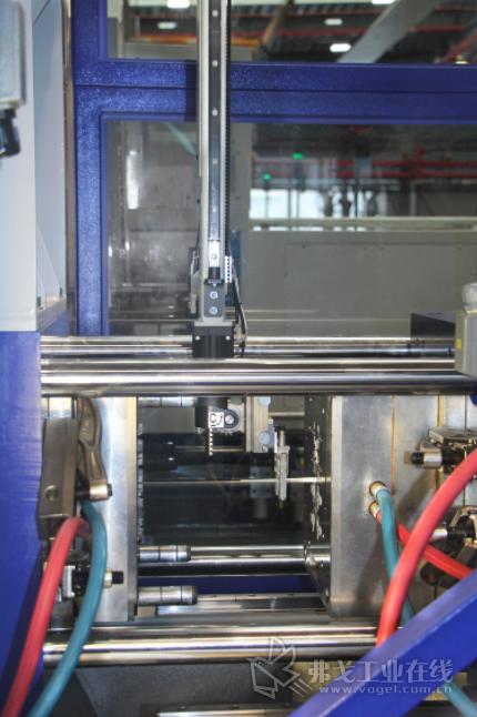 在生产过程中,威猛W808机械手将部件取出(图片来自威猛巴顿菲尔)