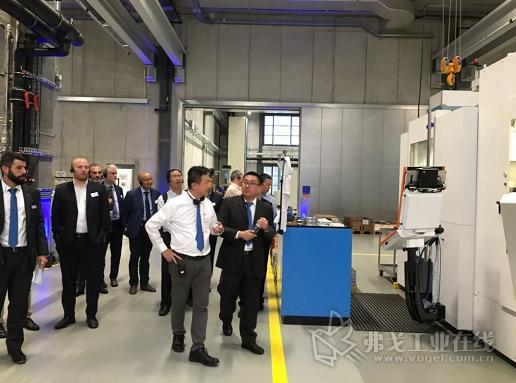 代表团参观新工厂