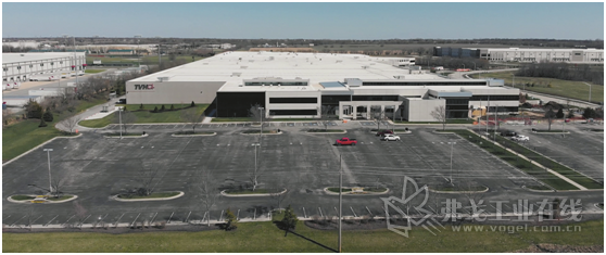 图1 奥地利TGW公司为零配件销售商TVH Parts Go.公司在美国的堪萨斯州建造了一座自动化的配送中心。TGW公司的五通道穿梭机系统保证了51 000个架口的物资存取,并配有高效的人工分拣工作站,确保配送中心有着最大的物流配送灵活性