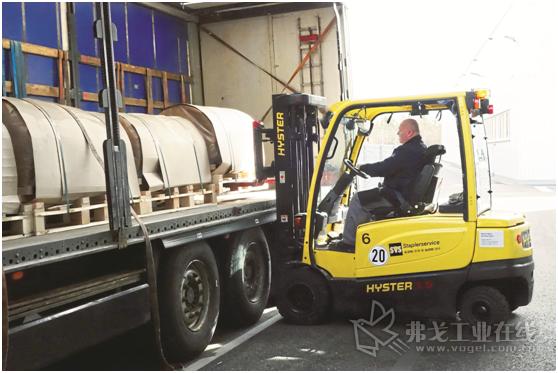 Braunmetall公司中的J2.0XNT型Hyster四轮电动叉车主要用于载重车的物资装卸