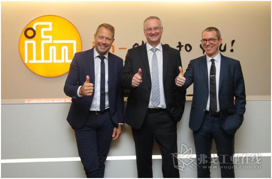 从左至右:pmd全球执行董事长Bernd Buxbaum、ifm全球首席执行官Simon Evans和pmd全球执行董事兼中国总经理Jochen Penne