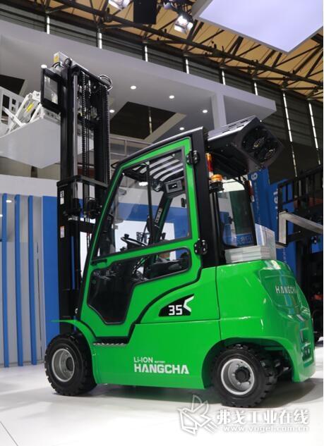 XC系统平衡重式锂电池叉车在展台上