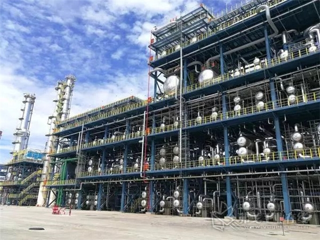 2018年6月21日下午,恒逸文莱PMB项目芳烃联合装置1#二甲苯塔顺利吊装就位,至此PMB项目最大的三台塔器成功吊装完成。