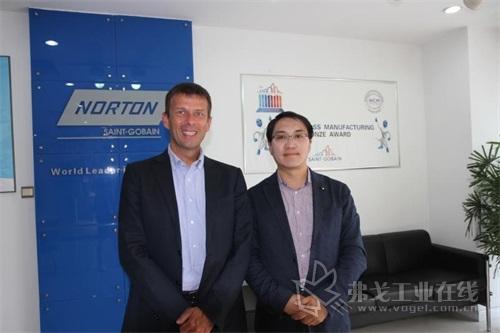 圣戈班磨料磨具亚太区副总裁马艾先生(左)和MM《现代制造》副总编陈永光先生(右)