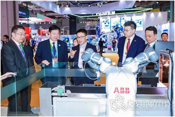 中石油王宜林董事长访问ABB展台了解ABB智能电气、AI机器学习技术