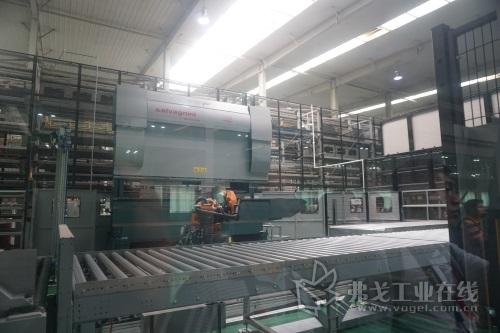 图2 河南森源为进一步推广精益生产,实现对公司产品的全面柔性制造,在其工厂中增加了萨瓦尼尼L3光纤激光切割机和一套ROBOformER机器人折弯单元