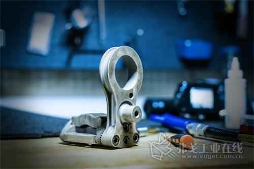 图4 3D打印的鞍座托架装配有摆臂和连杆,与机械加工的鞍座托架相比,其成本降低了74%,生产速度加快额43%。由于采用了闭孔填充,3D打印的鞍座托架的重量也比机械加工的鞍座托架轻了39%