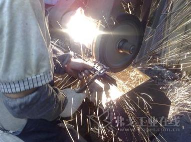 与国际一线竞品相比,诺顿®蓝火R891砂带的磨削效率提升20%,砂带寿命延长10%,使操作工人打磨得更省力,有效降低劳动强度