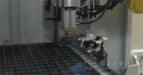 改进上料系统,使用适合刀片的定制托盘