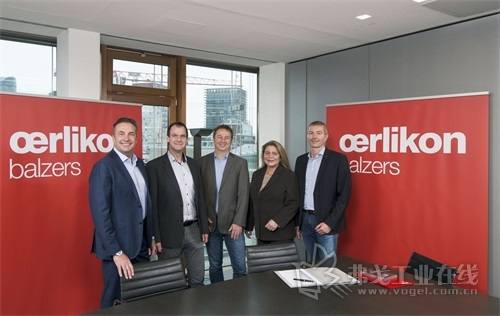 欧瑞康巴尔查斯收购了德国 D-Coat GmbH 公司。协议签署人从左向右分别为: Wolfgang J. Schmitz(欧瑞康巴尔查斯欧洲地区执行官)、Dirk Breidt(D-Coat GmbH生产与开发业务经理)、Olaf Dietrich(D-Coat GmbH 商务经理)、Corinna Heinz(欧瑞康巴尔查斯)、Wolfgang Kalss(欧瑞康巴尔查斯切削工具主管)