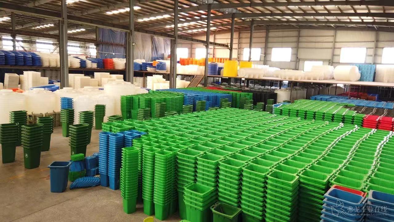 卓逸塑业工厂内放置的垃圾桶产品